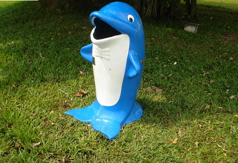Thùng rác hình con cá heo